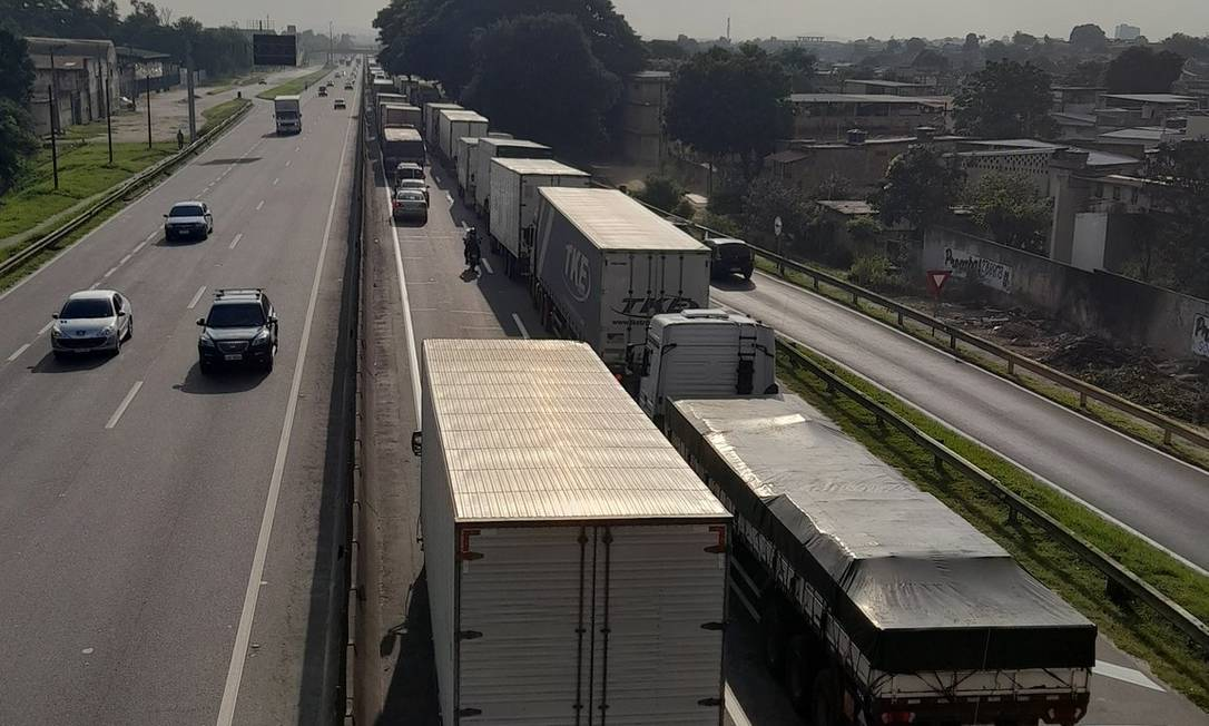 Acidente na Rodovia Presidente Dutra causa 7 km de congestionamento no sentido Rio; internauta registrou o trânsito Foto: Twitter / Reprodução