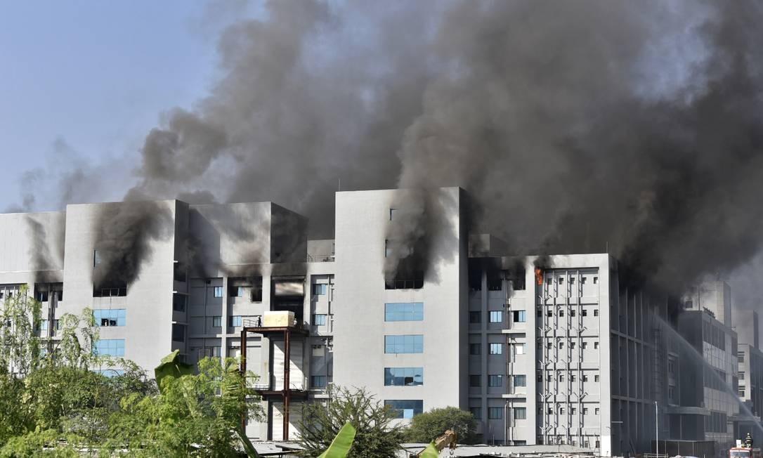 Incêndio atinge prédios do Instituto Serum, na cidade de Pune, na Índia Foto: - / AFP