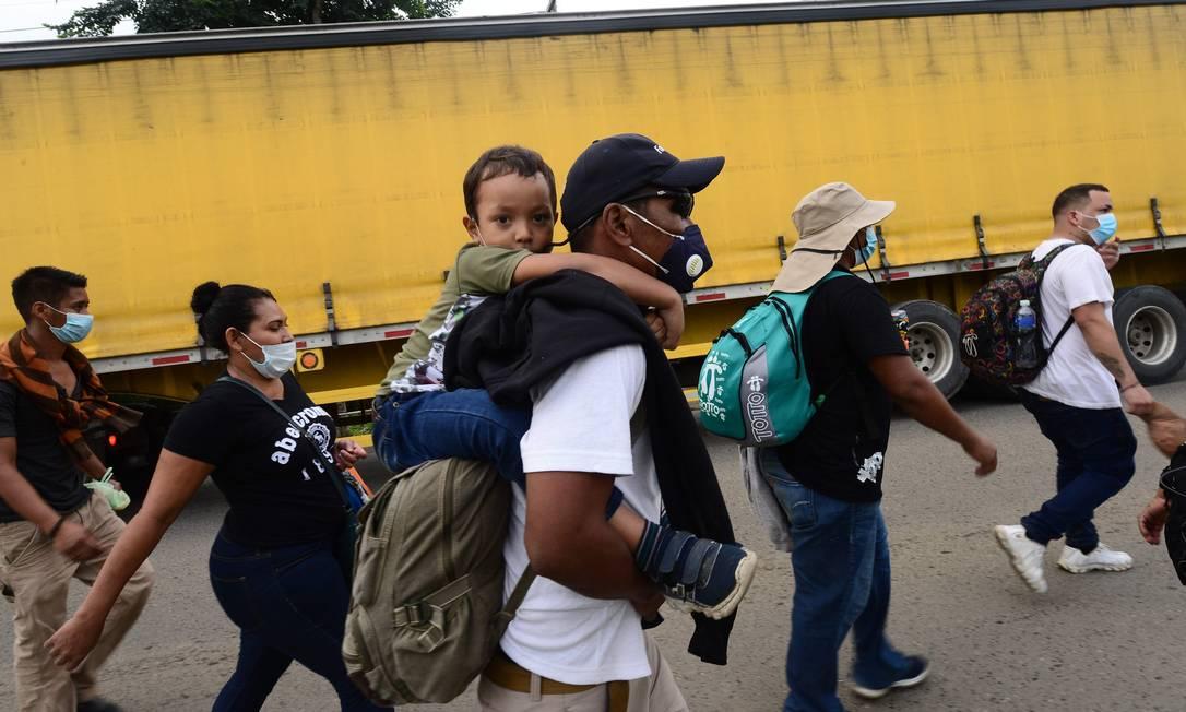 Migrantes de Honduras a caminho dos Estados Unidos em 15 de janeiro de 2021 Foto: Orlando Sierra / AFP