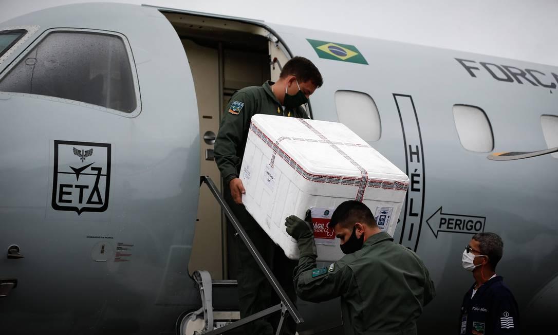 Avião da Força Aérea brasileira transporta vacinas contra Covid-19 Foto: PABLO JACOB / Agência O Globo