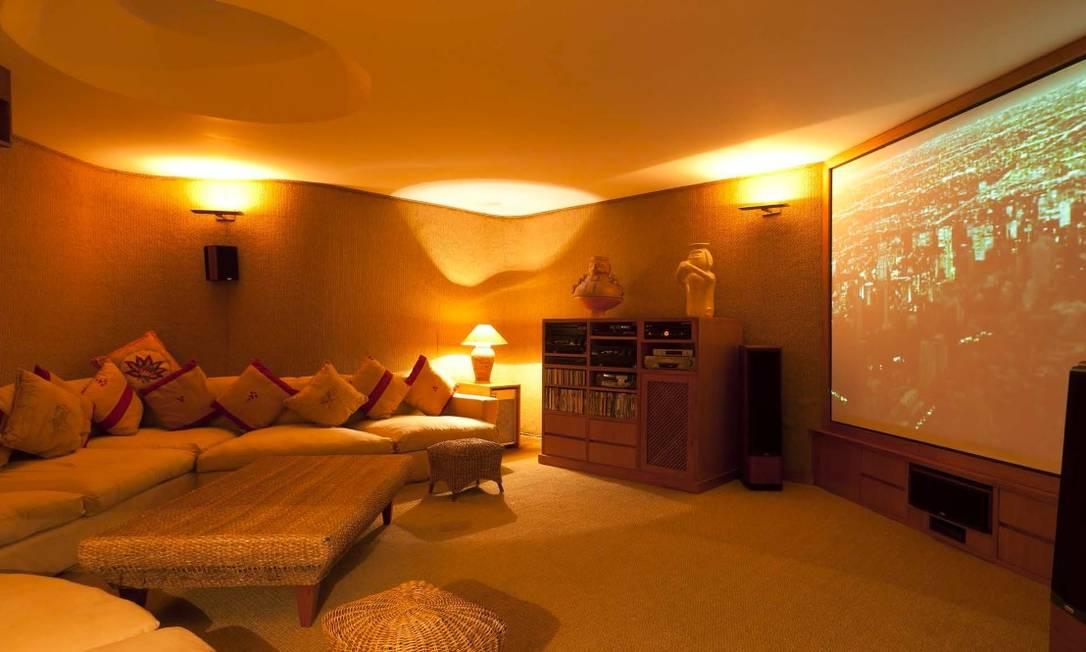 Sala de vídeo com telão, situada na área de lazer da ilha Foto: Divulgação / Real Estate Brazil