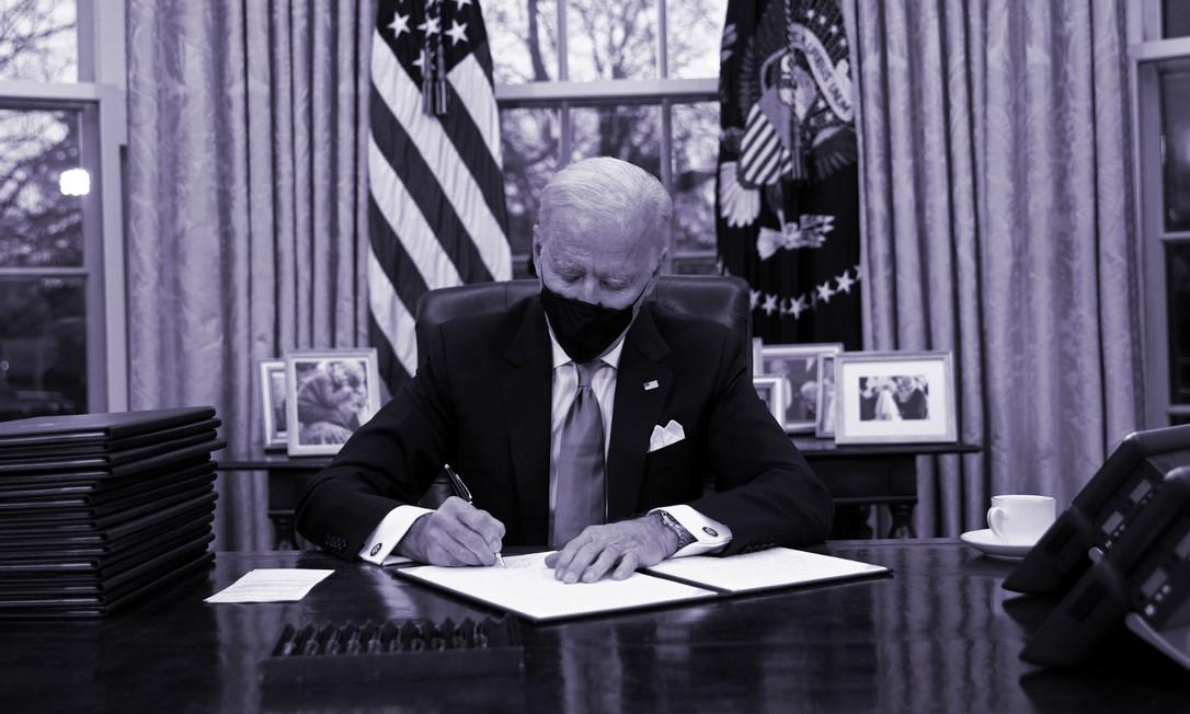 Joe Biden assina ordens executivas horas depois de assumir a Presidência dos EUA, no dia 20 de janeiro Foto: Reuters