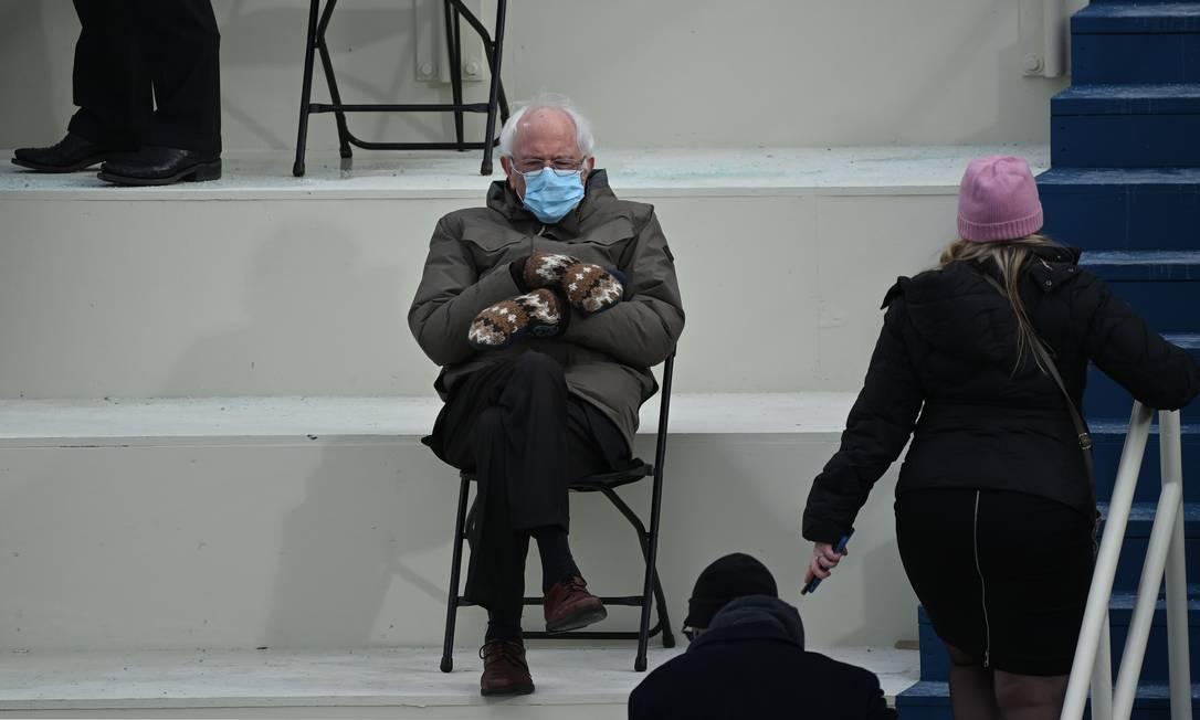 O senador Bernie Sanders senta-se nas arquibancadas do Capitólio antes de Joe Biden tomar posse como 46º presidente dos EUA em Washington, DC Foto: BRENDAN SMIALOWSKI / AFP/20-01-2021