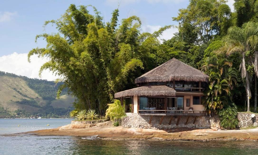 Um chalé octogonal de 252 m2, com dois pavimentos, de frente para o mar, construído em colunas de madeira Foto: Divulgação / Real Estate Brazil