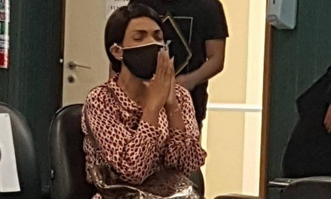 Flordelis usando máscara e de mãos póstumas rezando durante depoimento Foto: Carolina Heringer