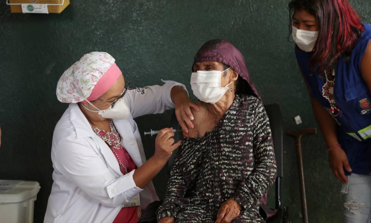 A indígena Maria Rita da Silva, de 107 anos, recebe uma dose da vacina CoronaVac em sua aldeia, na terra indígena Tenondé Porã, em São Paulo Foto: AMANDA PEROBELLI / REUTERS
