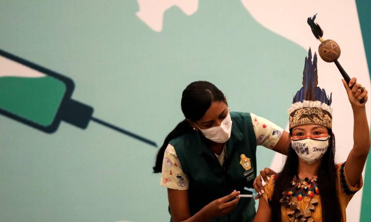 A indígena e técnica de enfermagem Vanderlecia Ortega dos Santos, conhecida também como Vanda, da tribo Witoto, recebe a vacina contra a Covid-19, em Manaus Foto: BRUNO KELLY / REUTERS - 18/01/2021