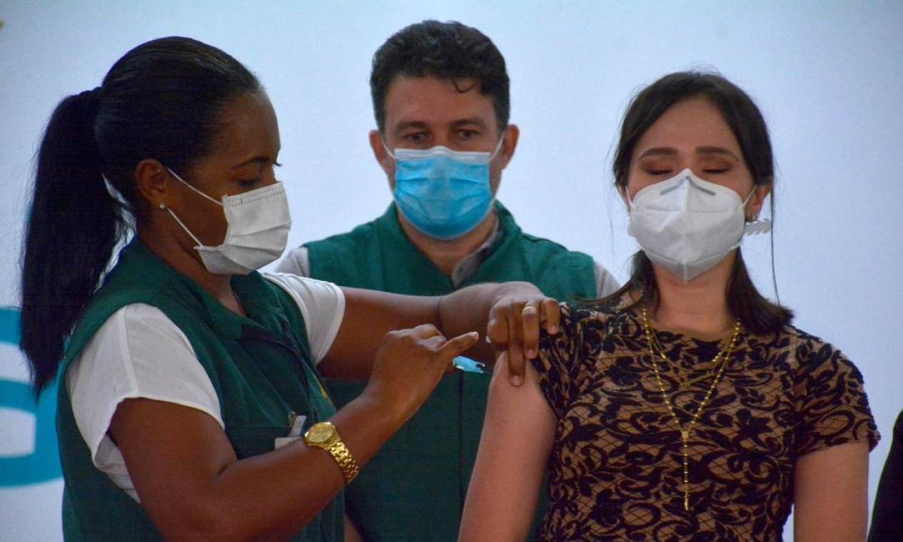 Uma profissional da saúde é inoculada com a vacina em Manaus, estado do Amazonas, capital que apresenta o pior estado de crise em decorrência do novo surto da Covid-19 Foto: MARCIO JAMES / AFP - 19/01/2021