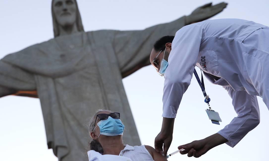 Dulcinéia da Silva Lopes recebe dose da Coronavac, tornando-se a primeira pessoa a ser vacinada na cidade do Rio, aos pés do Cristo Redentor Foto: RICARDO MORAES / REUTERS - 18/01/2021