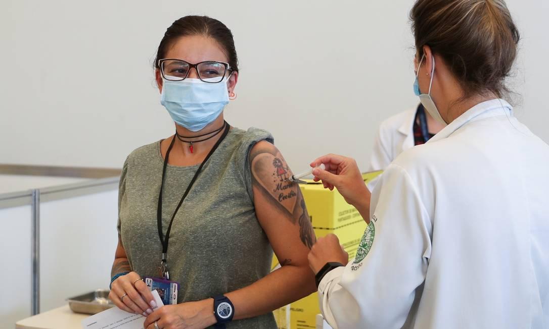 Profissional de saúde recebe vacina da Sinovac no Hospital das Clínicas de São Paulo Foto: AMANDA PEROBELLI / REUTERS - 18/01/2021