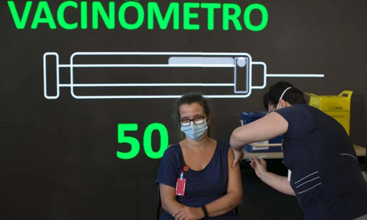 Enfermeira aplica dose da vacina contra a Covid-19 desenvolvida pelo Instituto Butantan em parceria com a farmacêutica chinesa Sinovac, em profissional de saúde no Hospital Emílio Ribas, em São Paulo Foto: Edilson Dantas / Agência O Globo - 17/01/2021