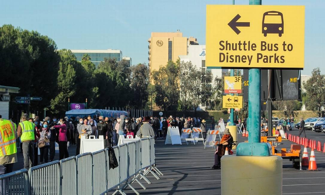Um dos estacionamentos da Disneylândia, em Anaheim, na Califórnia, foi transformado em ponto de vacinação contra a Covid-19 para moradores do Condado de Orange Foto: Orange County / Via The New York Times