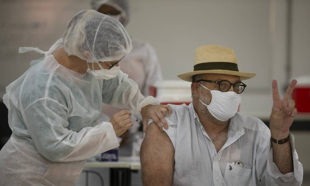 Começo da vacinação contra a Covid na UFRJ. Profissionais de saúde receberam a vacina no Centro de Triagem para Covid-19. O epidemiologista Amilcar Tanuri foi o primeiro a receber a vacina na instituição Foto: Márcia Foletto / Agência O Globo - 21/01/2021