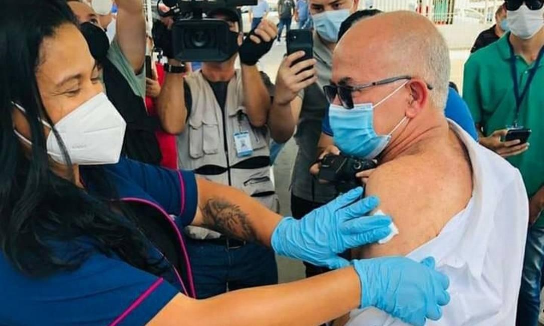 José Carlos de Oliveira, secretário de saúde de Duque de Caxias é vacinado Foto: Reprodução/redes sociais