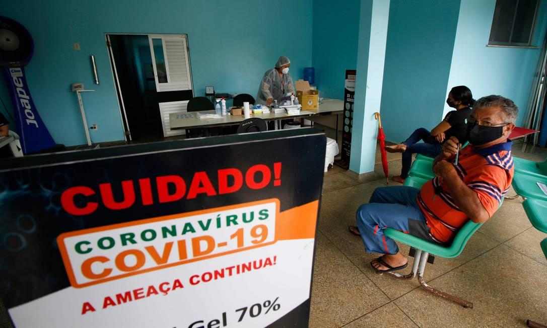 Pacientes na fila de atendimento de hospital público Hilda Freire, em Iranduba, no Amazonas Foto: MARCIO JAMES / AFP