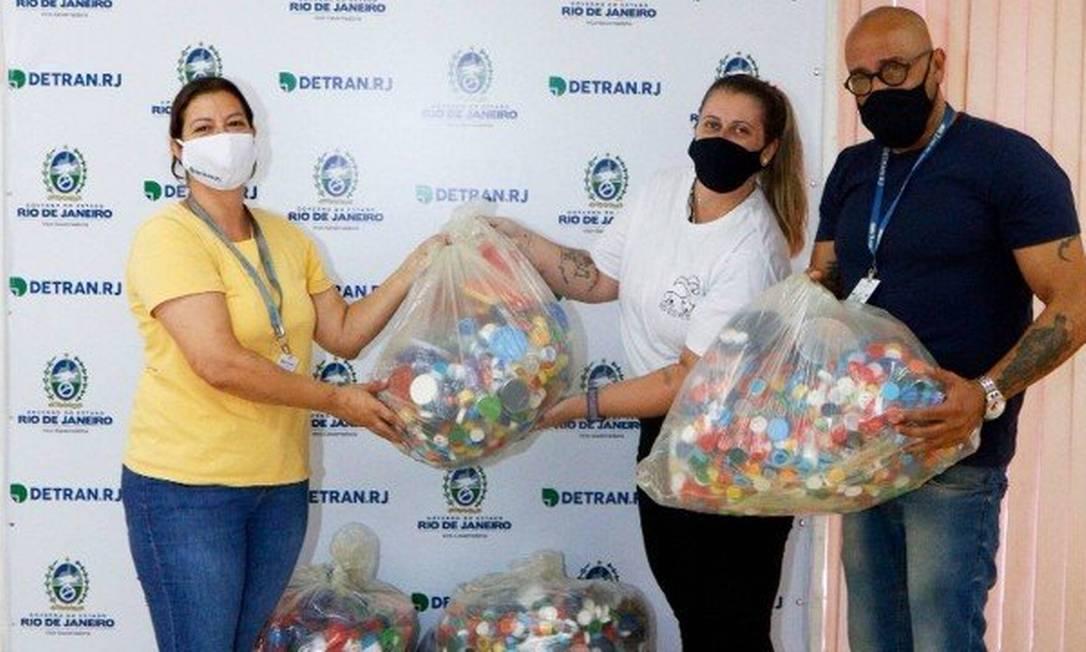 Detran entrega tampinhas à ONG Rio Eco Pet, que ajuda animais Foto: Divulgação