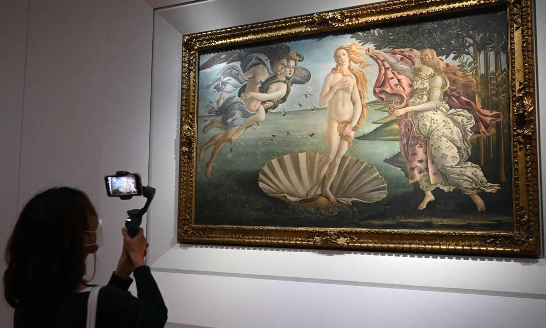"""Visitante fotografa """"O nascimento de Vênus"""", clássico de Sandro Botticelli na Galeria Uffizi, em Florença Foto: Vincenzo Pinto / AFP"""
