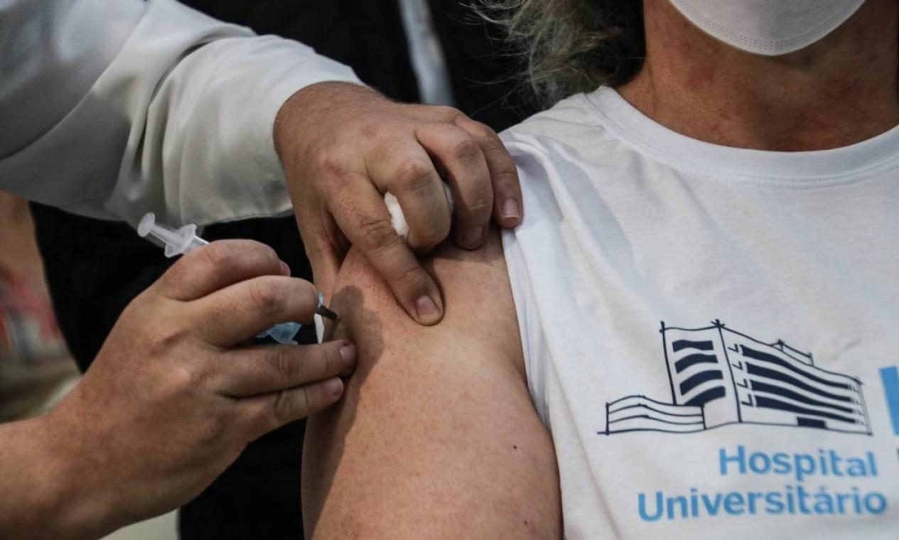 Terezinha Pelinski da Silveira, enfermeira do Hospital Universitário de Ponta Grossa, foi a primeira a ser imunizada na cidade com dose da Coronavac, do Instituto Butantan Foto: Danilo Schleder/Zimel Press / Agência O Globo