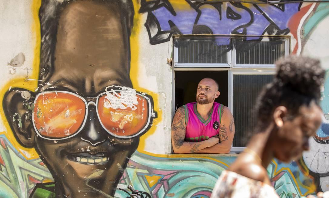 O carnavalesco Leandro Vieira, no Morro da Mangueira: escola planejava apresentar enredo sobre Cartola, Jamelão e Mestre Delegado Foto: Ana Branco / Agência O Globo