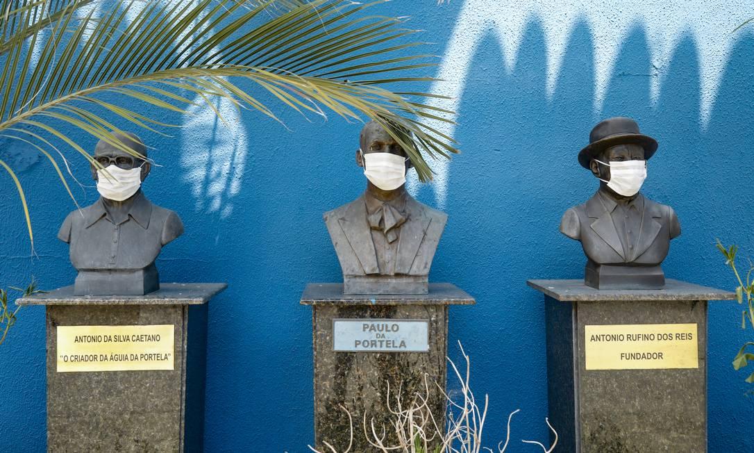 Bustos de personagens históricos da Portela ganharam máscara de proteção contra o coronavírus Foto: Ana Branco / Agência O Globo