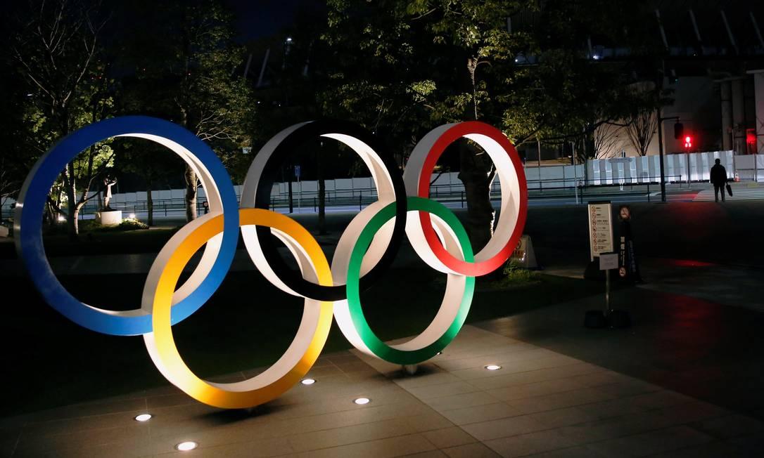 Os anéis olímpicos em frente ao Estádio Nacional de Tóquio Foto: KIM KYUNG-HOON / REUTERS