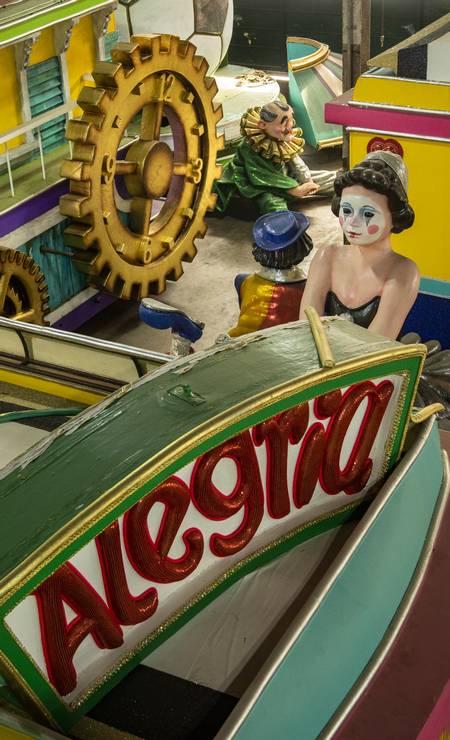 Imperatriz Leopoldinense, com o barracão com carros alegóricos do carnaval passado: o mundo do samba à espera da volta à alegria da Sapucaí Foto: Ana Branco / Agência O Globo
