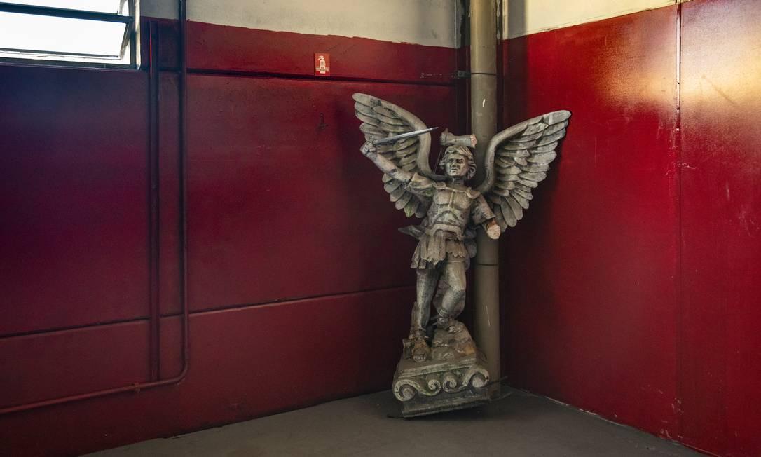 Escultura de São Miguel Arcanjo encostada em espaço vazio no barracão da Viradouro Foto: Ana Branco / Agência O Globo