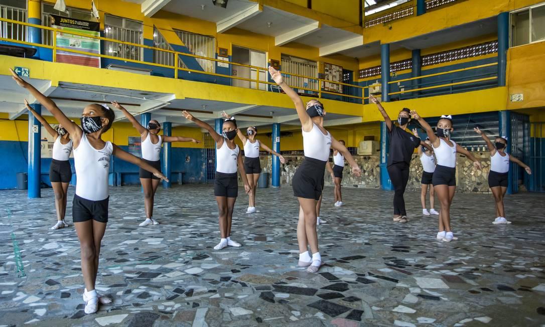 """Alunas de balé do projeto """"Dançando pra não dançar"""", no Instituto de Cidadania da Unidos da Tijuca, que funciona antiga quadra da escola, no Morro do Borel: alguns projetos sociais são mantidos Foto: Ana Branco / Agência O Globo"""