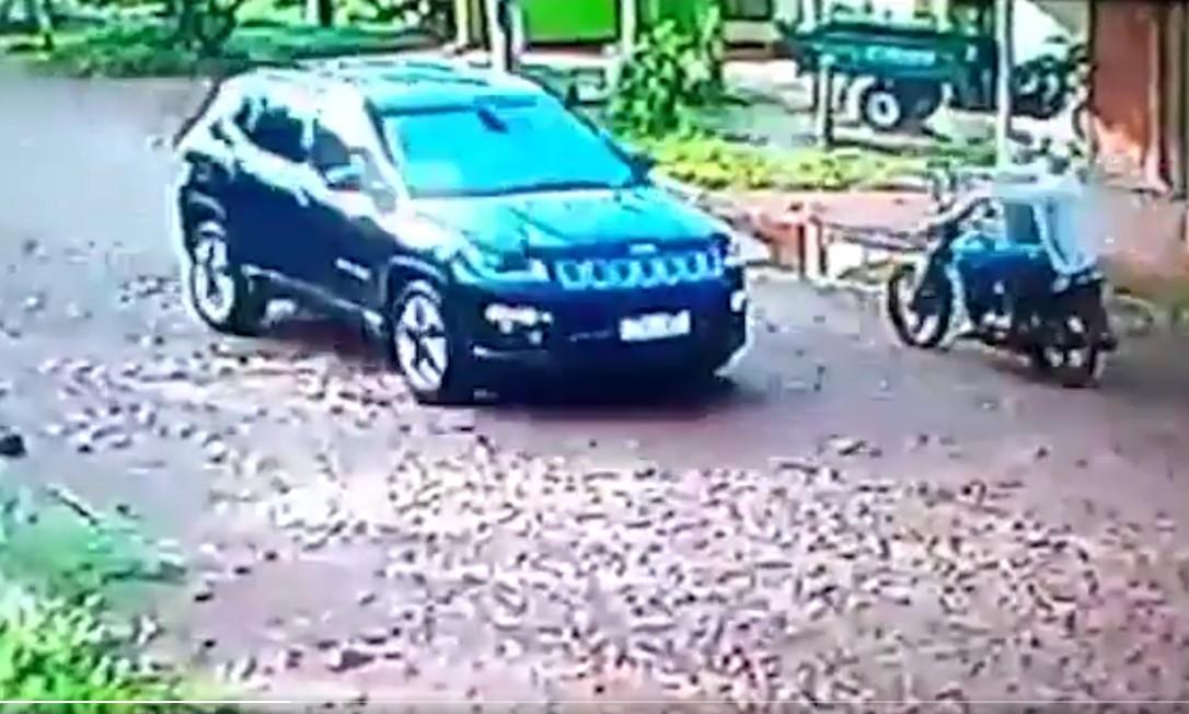 Cameras de segurança flagraram o momento em que dois homens em uma moto executam policial paraguaio Foto: Reprodução
