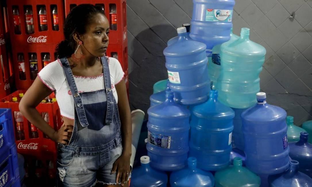 A dona de casa Michele Santos Silva: 'Antes, sentíamos um gosto ruim na água. Agora, nem água temos mais' Foto: Gabriel de Paiva / Agência O Globo
