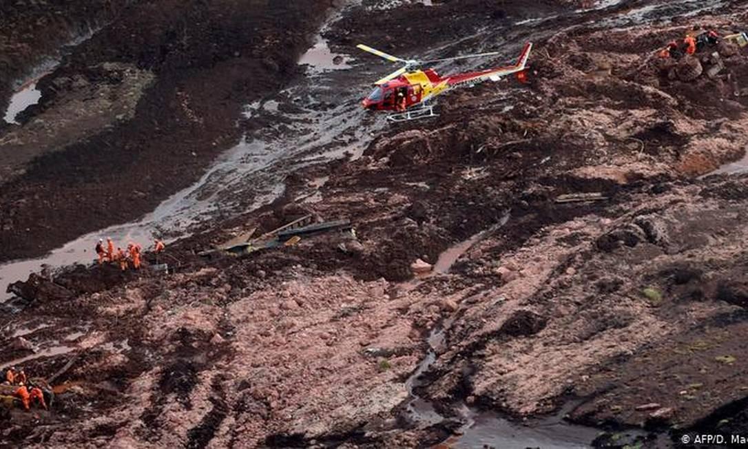Rompimento da barragem liberou mar de lama que varreu a região Foto: AFP