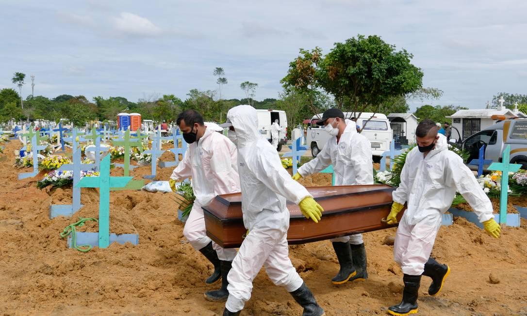Enterros de pessoas com Covid-19 em Manaus: pandemia provocou colapso no sistema de saúde da capital do Amazonas Foto: Sandro Pereira/Fotoarena/Agência O Globo