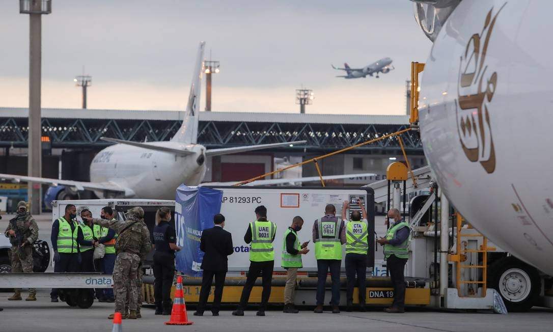 A consignment of two million doses of Oxford vaccine against Covid-19 from India lands at Sao Paulo International Airport in Guarulhos this Friday afternoon (22) Photo: AMANDA PEROBELLI / REUTERS