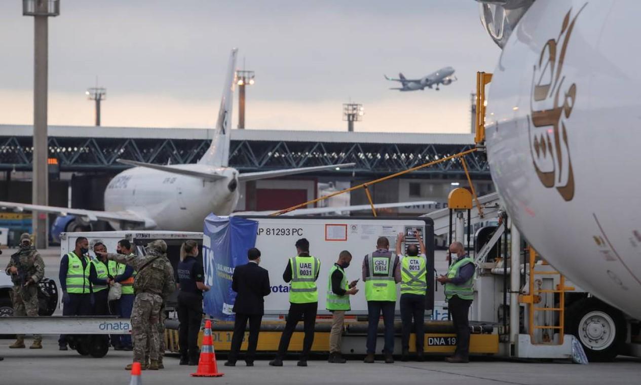 Lote com dois milhões de doses da vacina de Oxford contra a Covid-19, vindo da Índia, é descarregado no Aeroporto Internacional de São Paulo, em Guarulhos, na tarde desta sexta-feira (22) Foto: AMANDA PEROBELLI / REUTERS