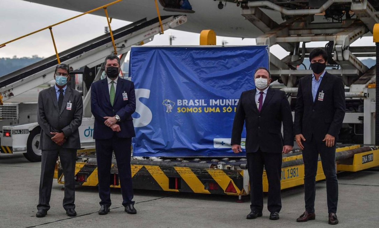 Entrega da carga foi acompanhada pelos ministros da Saúde, Eduardo Pazuello, das Relações Exteriores, Ernesto Araújo, das Comunicações, Fábio Faria, e do embaixador da Índia no Brasil, Suresh Reddy Foto: NELSON ALMEIDA / AFP