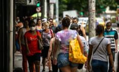 Copacabana tem ruas cheias na pandemia Foto: Hermes de Paula / Agência O Globo