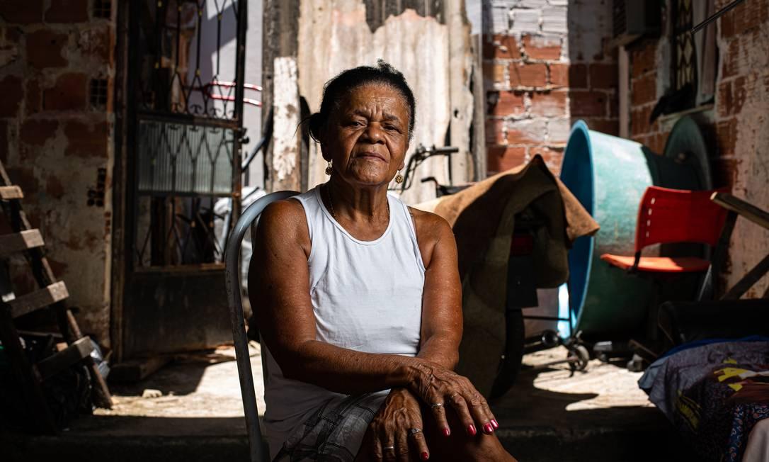 A pensionista Sebastiana Amaral, de 70 anos, gostaria que os vizinhos em Bangu, no Rio, que, ao contrário dela, também têm comorbidades, fossem vacinados logo contra o vírus Foto: Hermes de Paula / Agencia O Glob / Agência O Globo