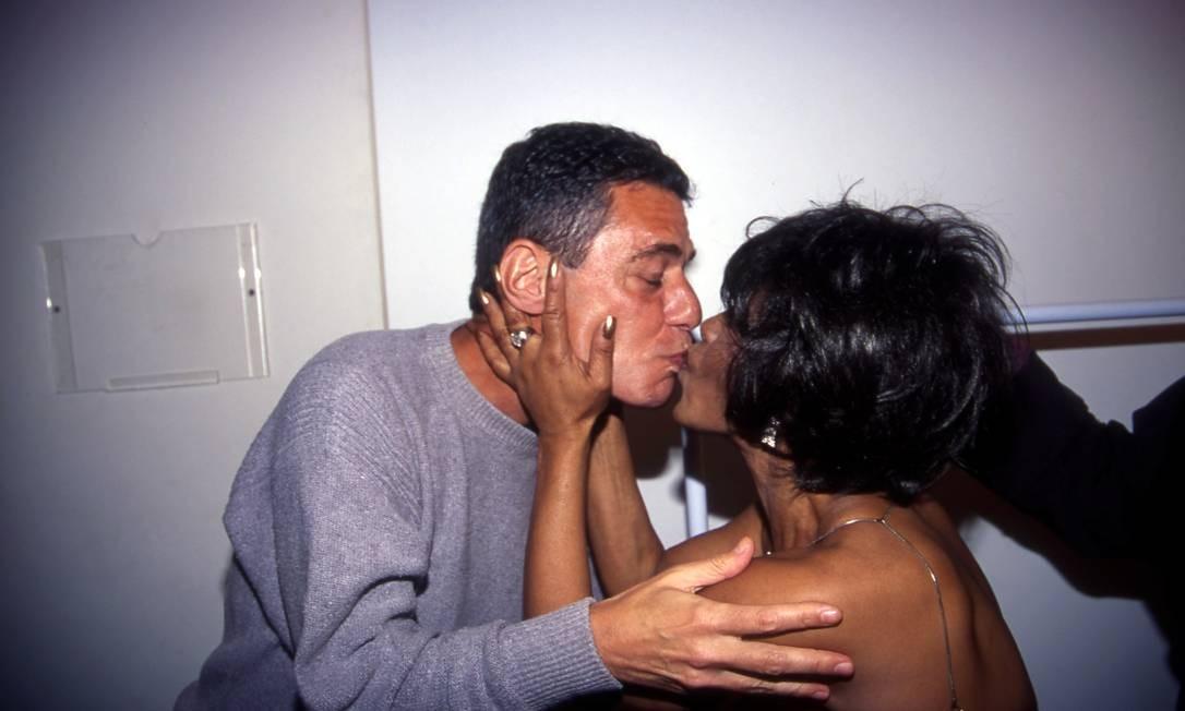 Chico Buarque beija Elza Soares em show no Garden Hall, em outubro de 2000 Foto: Wania Pedroso/07-10-2000