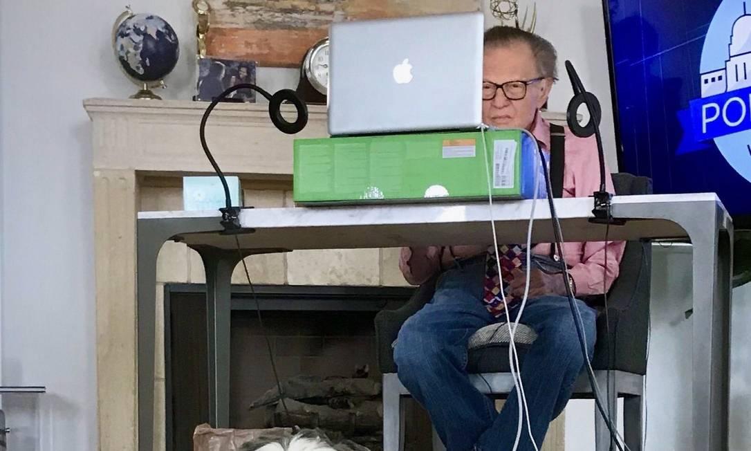 Larry King trabalhando em casa; o apresentador americano é mais uma vítima da Covid-19 Foto: Reprodução/Twitter