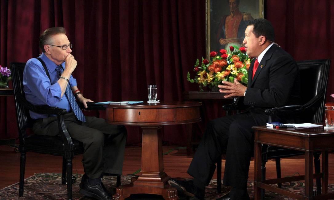 Larry King entrevista o presidente da Venezuela Hugo Chavez, no Palácio de Miraflores Foto: Handout . / REUTERS - 24/07/2009