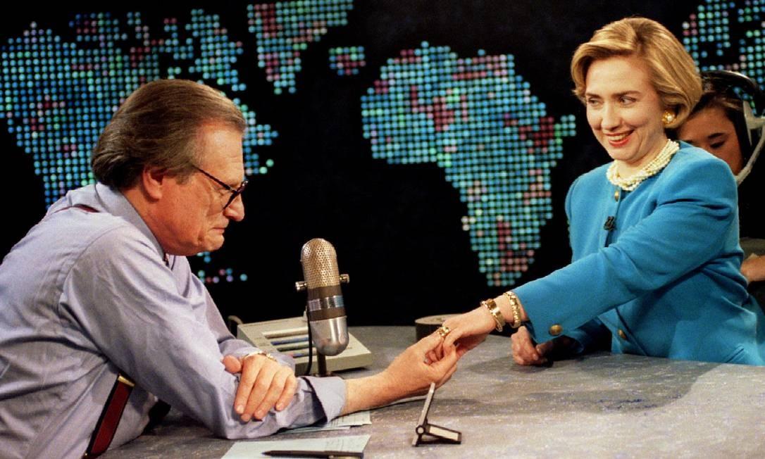 A então primeira-dama Hillary Clinton mostra aliança de casamento para Larry King durante entrevista Foto: Stringer . / REUTERS