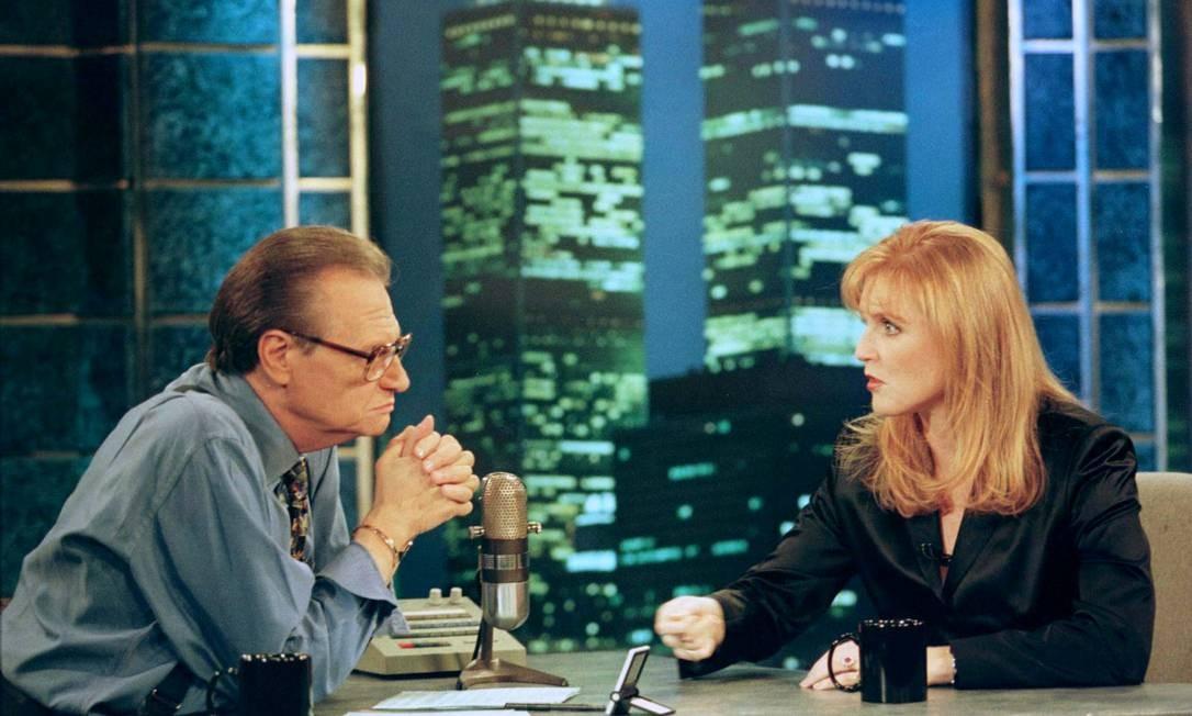 Sarah Ferguson, Duquesa de York, fala com Larry King durante uma entrevista em 1997 Foto: Mike Segar / REUTERS
