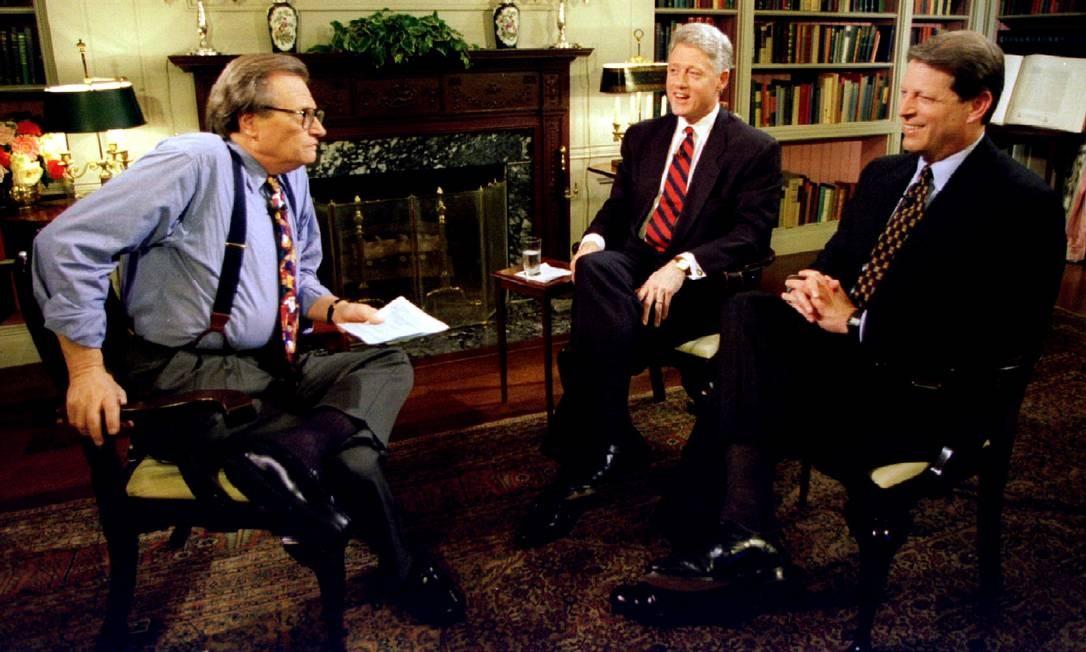 O então presidente Clinton e o vice Al Gore entrevistados por Larry King, na Casa Branca, em 1995 Foto: STR New / REUTERS
