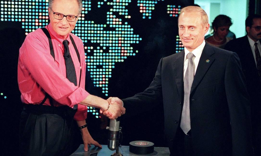Presidente russo Vladimir Putin posa com Larry King antes de de entrevista em Nova York, em 2000 Foto: JOSHUA ROBERTS / AFP