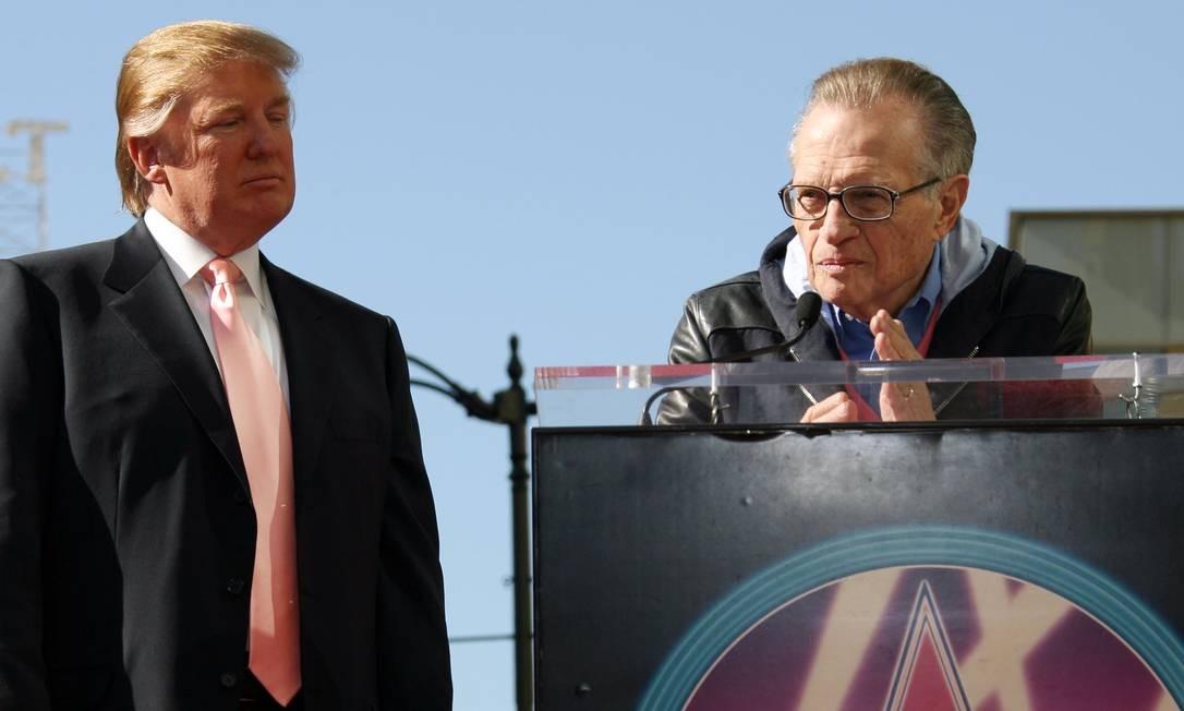Larry King discurso em homenagem a Donald Trump, que recebeu com a 2.327ª estrela na Calçada da Fama, em Hollywood, em 2007 Foto: GABRIEL BOUYS / AFP-16/01/2007