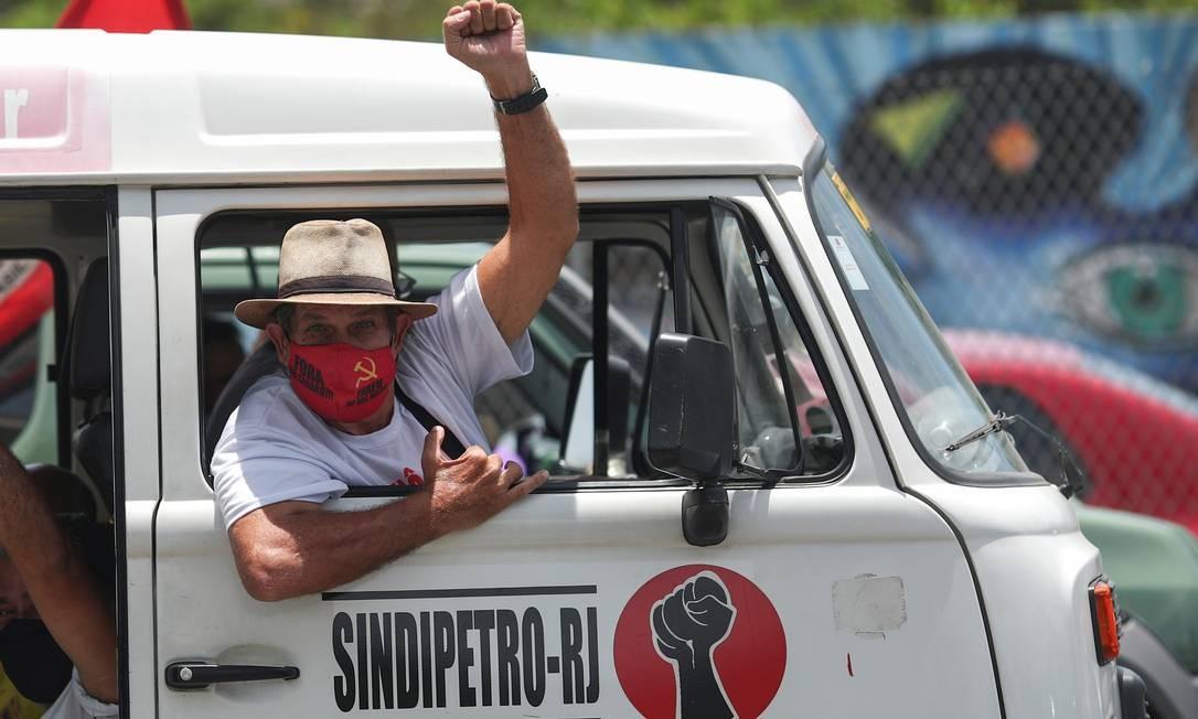 Homem em carro do Sindicato dos Petroleiros do Rio de Janeiro ergue punho cerrado em passeata contra o presidente Bolsonaro Foto: RICARDO MORAES / REUTERS