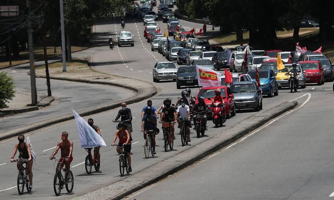 Ciclistas encabeçam carreata contra o presidente Jair Bolsonaro Foto: RICARDO MORAES / REUTERS