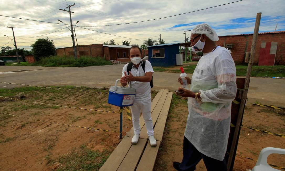 Profissionais de saúde atuam no bairro de Parque das Tribos, em Manaus Foto: MARCIO JAMES / AFP