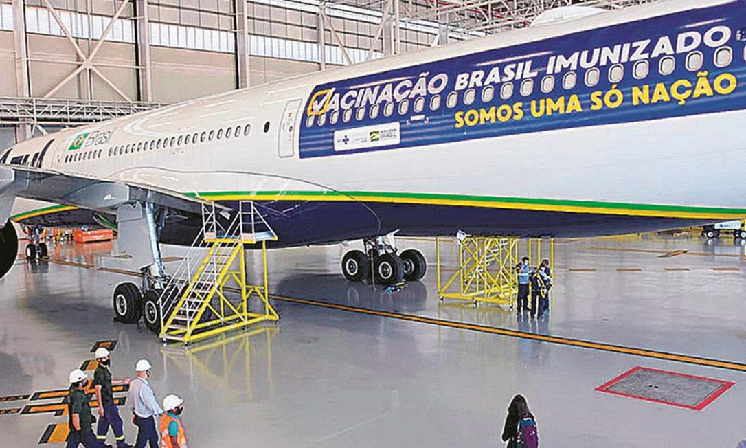 Avião da Azul que buscaria vacinas na Índia: aéreas integram estrutura de distribuição Foto: AFP