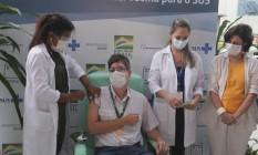 O infectologista Estevão Portela é o primeiro brasileiro a receber a vacina da Oxford/AstraZeneca Foto: Cléber Júnior / Agência O Globo